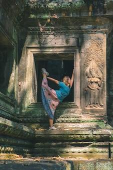 Une personne dans les ruines d'angkor wat