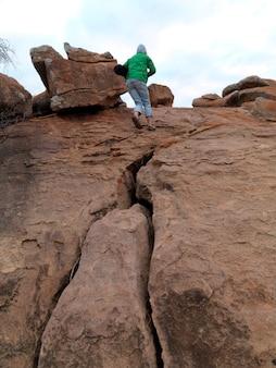 Personne debout au sommet d'une colline au kenya en afrique