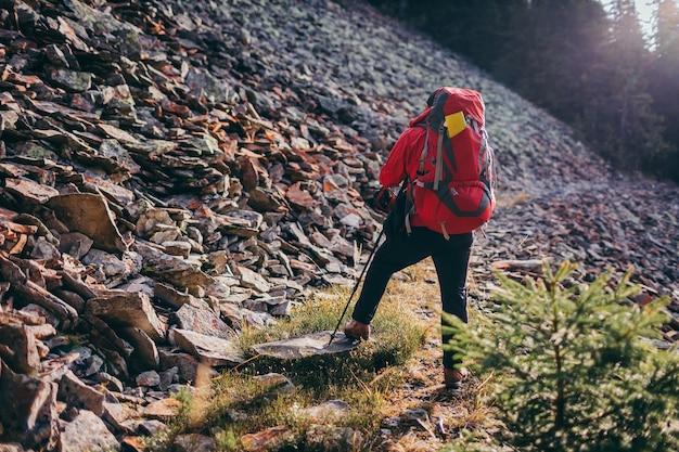 Une personne debout sur une colline rocheuse