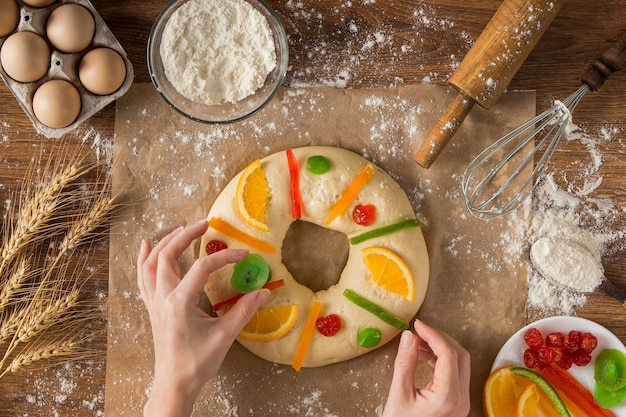 Personne décorant le gâteau épiphanie roscon de reyes