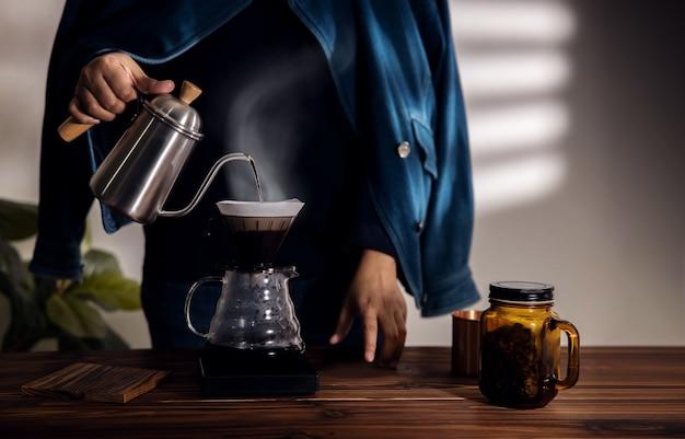 Personne dégoulinant de café à la maison le matin.