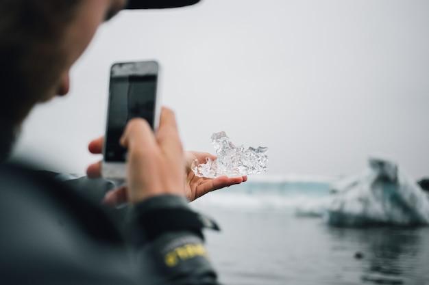 Personne détient un morceau de glace de glacier en islande