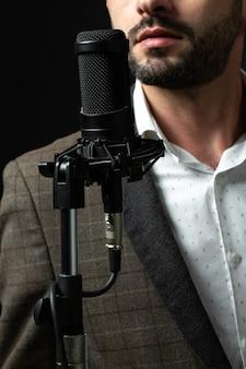Une personne devant un haut-parleur debout