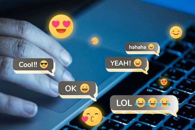 Personne donnant des réactions positives sur les réseaux sociaux