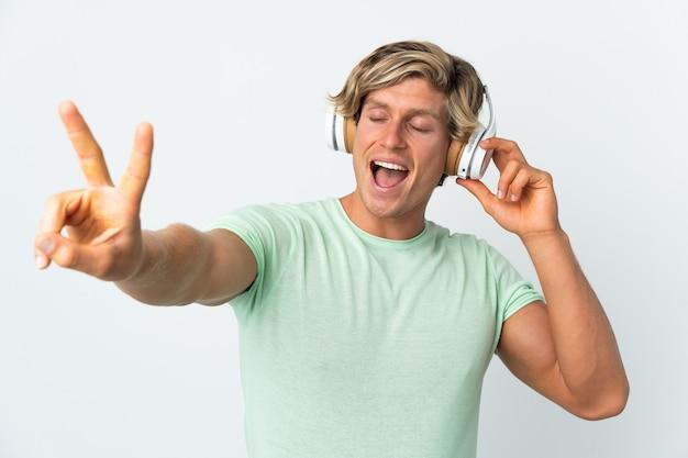 Personne écoutant de la musique sur fond isolé