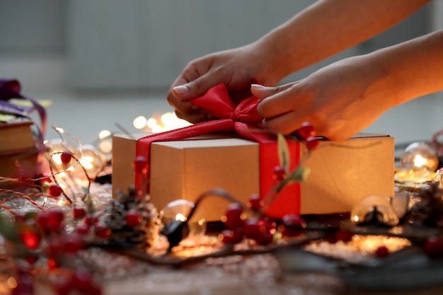 Personne emballant le cadeau de noël