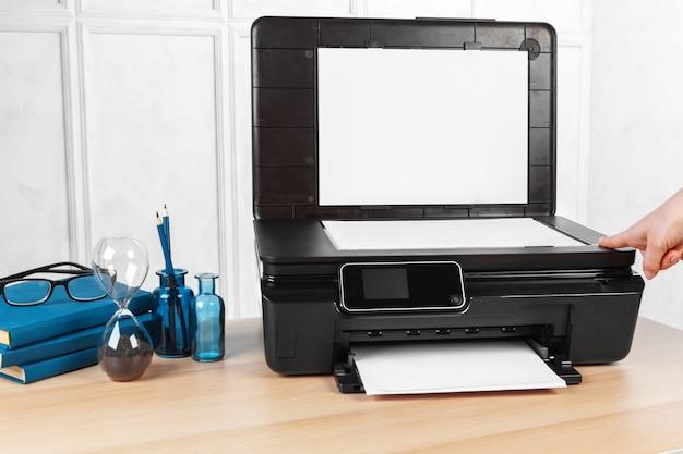Personne faisant des copies sur la photocopieuse au bureau