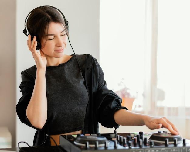Personne faisant de la musique à la maison