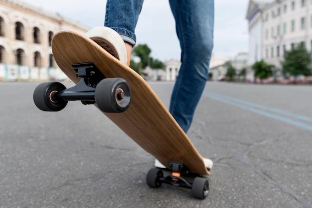 Personne faisant un ollie sur skateboard