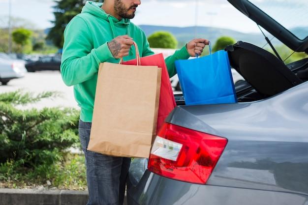 Personne gardant des sacs dans la voiture