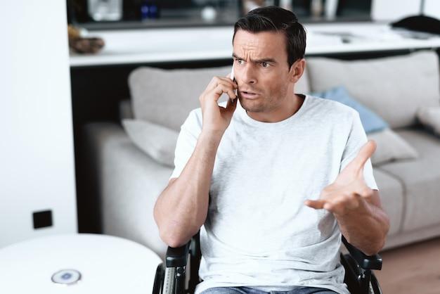 Une personne handicapée a une conversation téléphonique sérieuse