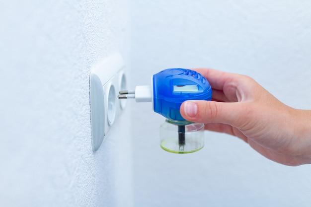 Personne incluant un anti-moustique électrique dans la prise pour la protection des moustiques à la maison. insectifuge vaporisateur électrique fumigateur