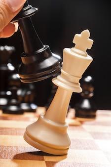 Personne jouant aux échecs