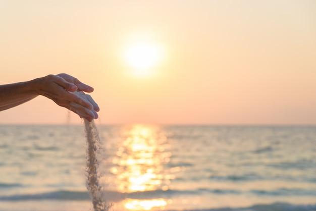 Personne, laisser tomber sable, depuis, mains
