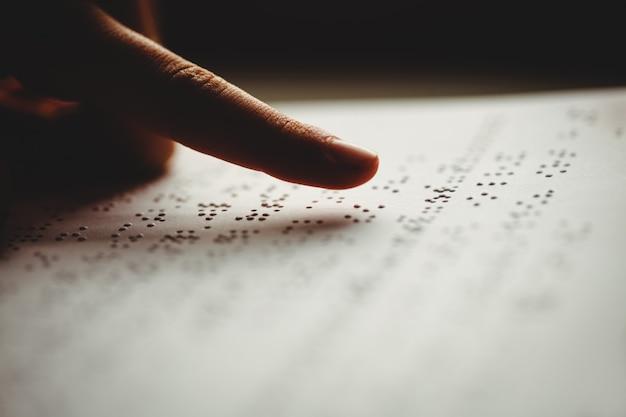 Une personne lisant le braille