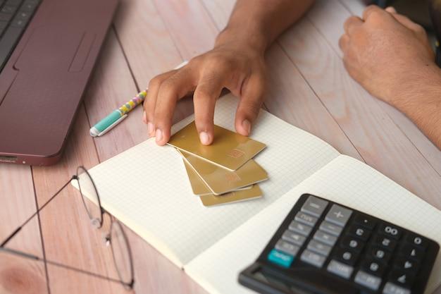 Personne main tenant une carte de crédit sur la table