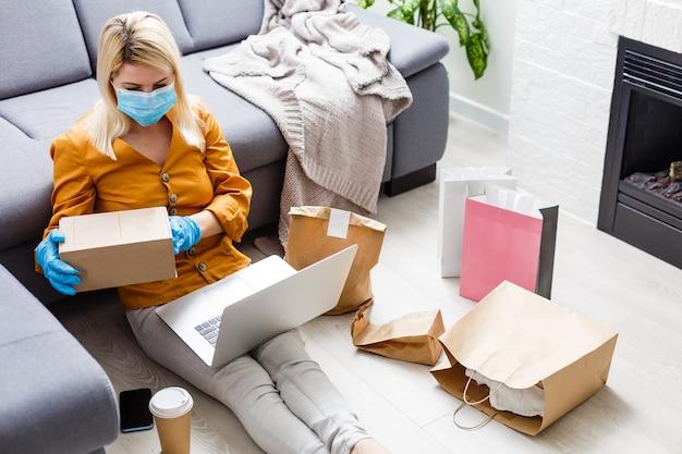 Personne à la maison, utilisant l'application pour commander de la nourriture. nouvelle vie de famille masquée avec isolement du coronavirus.