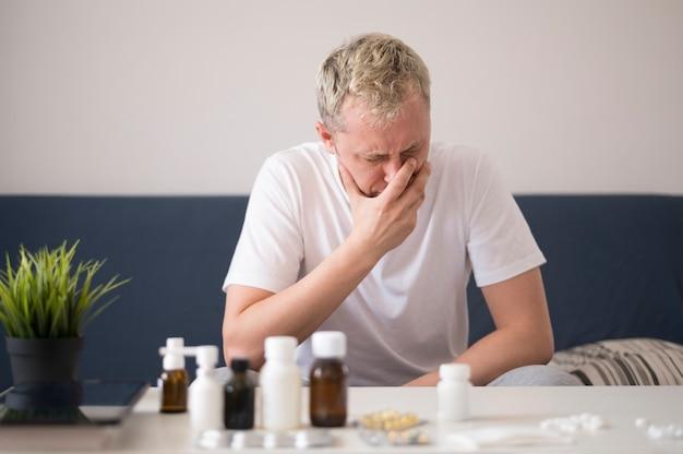 Personne malade qui pleure dans le salon