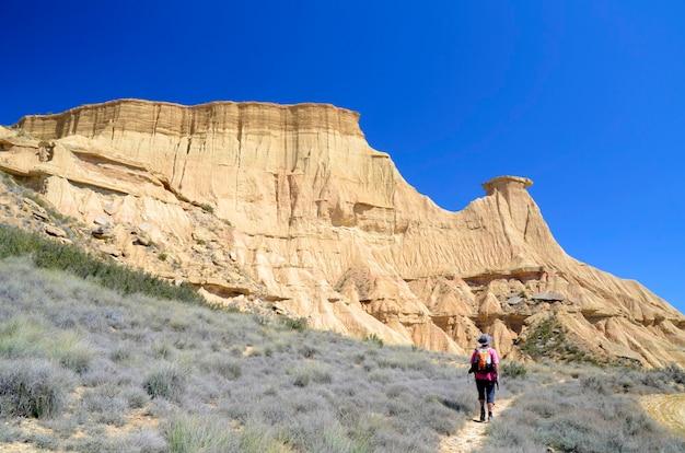 Une personne marche à travers las bardenas reales, réserve naturelle et réserve de biosphère, navarra, espagne