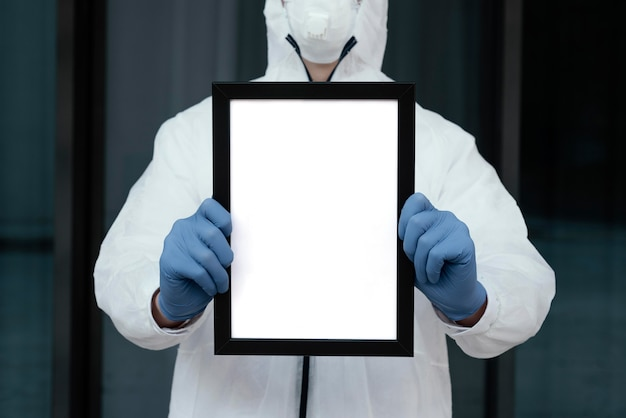 Personne avec masque médical tenant une tablette vierge