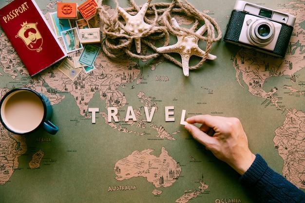 Personne mettant le mot de voyage