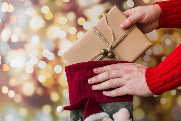 Personne, mettre, cadeau, dans, chaussette noël