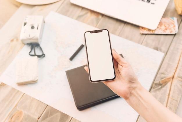 Une personne montrant un écran vide sur un smartphone