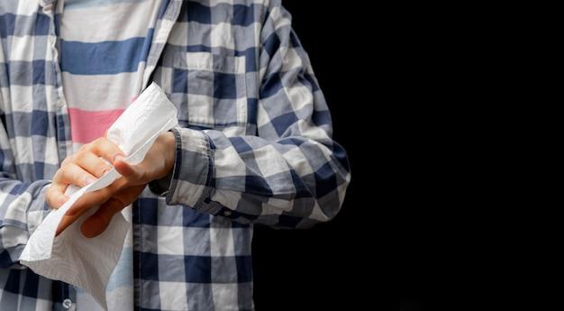 Une personne nettoie ou s'essuie les mains avec une serviette en papier humide