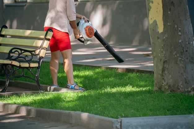 Une personne nettoyant la rue de la ville avec un aspirateur, un service de nettoyage public
