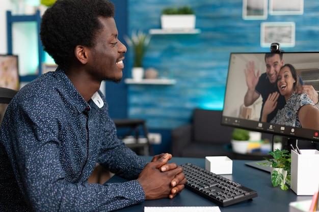 Personne noire lors d'une conversation par appel vidéo en ligne