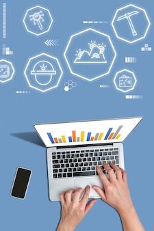 Une personne avec un ordinateur portable regarde l'extraction de crypto-monnaie en regardant des graphiques.