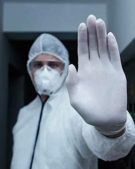 Personne portant une combinaison de prévention contre un danger biologique