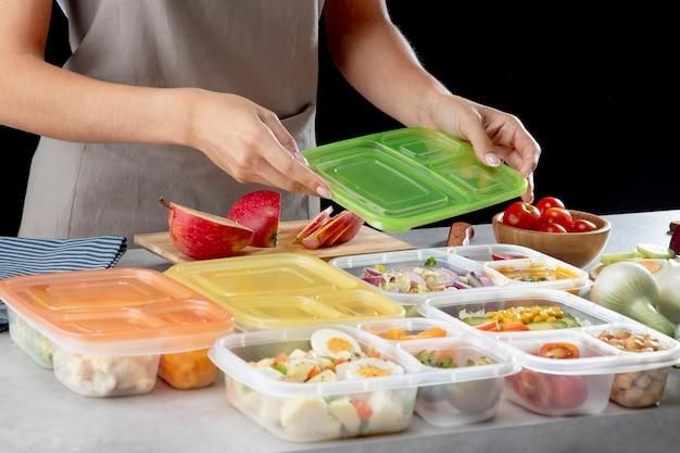 Personne Pratiquant La Cuisson Par Lots Avec Des Aliments Sains Photo gratuit