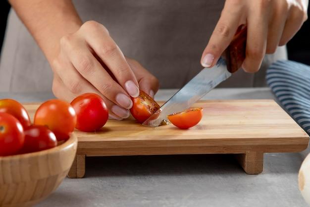 Personne pratiquant la cuisson par lots avec des aliments sains