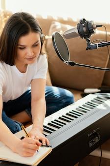 Personne pratiquant la musique seule à la maison