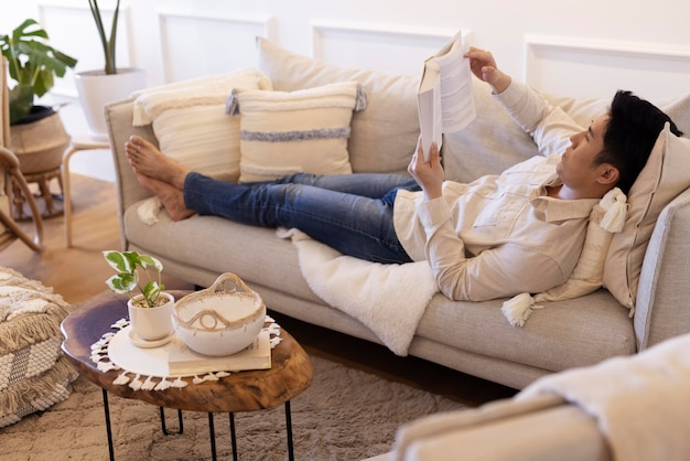 Personne profitant d'un moment de détente à la maison