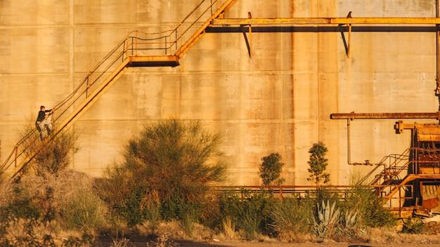 Personne qui marche sur un bâtiment abandonné