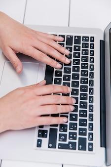 Personne qui tape sur un clavier d'ordinateur portable