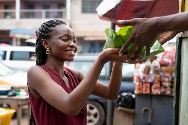 Personne recevant de la nourriture de rue