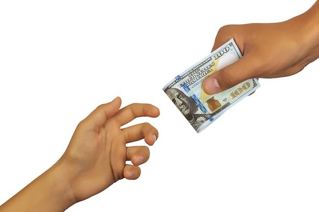 Personne remet une autre personne cent dollar bill isolé sur fond blanc