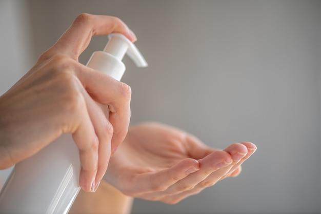 Personne de sexe féminin femme ou fille appliquant un produit désinfectant au savon sur la main désinfectant les mains contre la prévention de la santé des bactéries virales