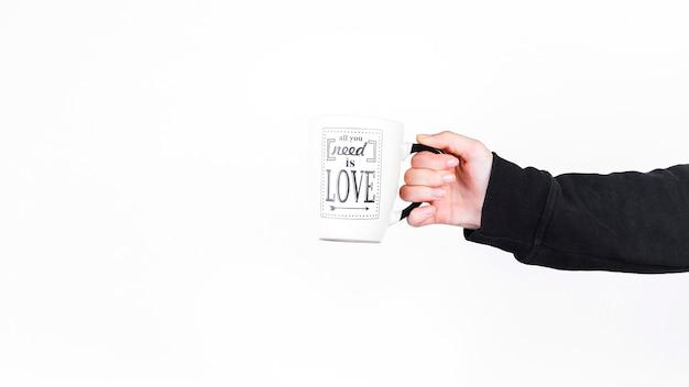 Personne tenant la coupe avec tout ce dont vous avez besoin est le texte d'amour