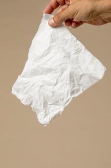 Personne tenant un mouchoir nasal blanc