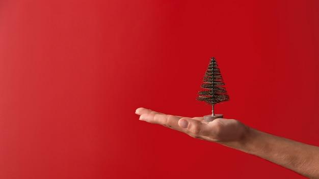 Personne tenant l'orientation horizontale du décor de l'arbre