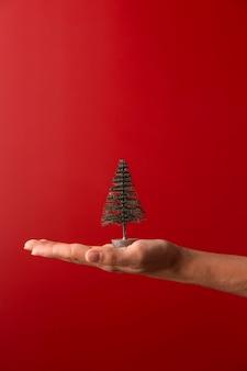 Personne tenant l'orientation verticale du décor de l'arbre