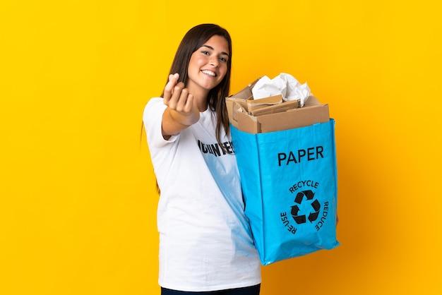 Personne tenant un sac à recycler