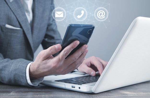 Personne tenant un smartphone. contacter. des médias sociaux. l'internet