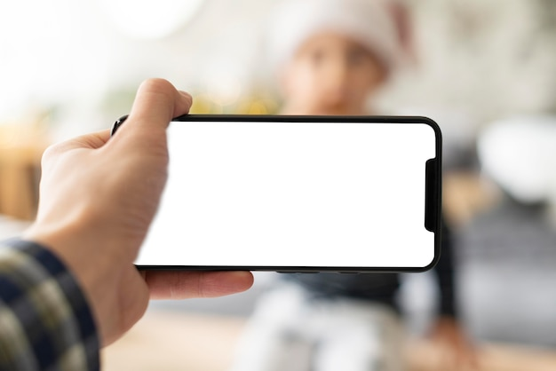Personne tenant un téléphone à écran vide