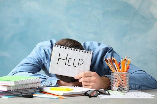 Personne tenir cahier avec inscription aide. préparation aux examens