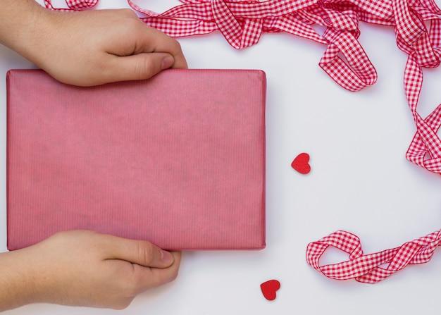 Personne, tenue, boîte cadeau, sur, table